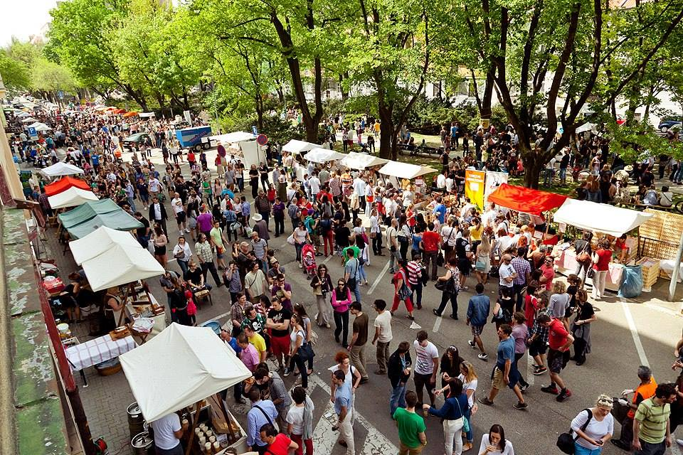 How to Find Bargains at Flea Markets